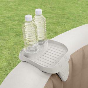 Intex spa bekerhouder - Met de Intex PureSpa bekerhouder kun je een verfrissend drankje en snak dichtbij je houden terwijl je aan het relaxen bent in het bubbelbad.De bekerhouder kan gemakkelijk bevestigd worden op de rand van het PureSpa bubbelbad. De bekerhouder biedt plaats aan twee bekers/flesjes en snacks.Afmetingen: ca. 56x22x18 cm
